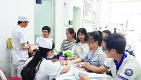 Nguyen Van Huong scholarship recipients are examining patients (Photo: SGGP)
