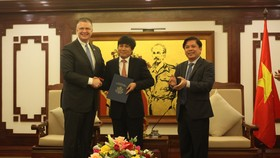 U.S. Ambassador to Vietnam Daniel J. Kritenbrink delivers letter from FAA to Director General of Civil Aviation Authority of Vietnam, Dinh Viet Thang and congratulates Vietnam on achieving a Category 1 aviation safety rating (photo: Courtesy of the US Emb