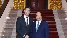 Prime Minister Nguyen Xuan Phuc (right) and economist Philipp Rosler (Photo: VNA)