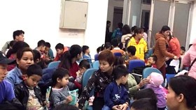 Influx of children and parents seen in hospitals in Hanoi wait for testing (Photo: SGGP)
