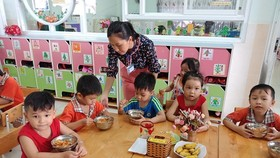 Preschoolers are eatign their lunch (Photo: SGGP)