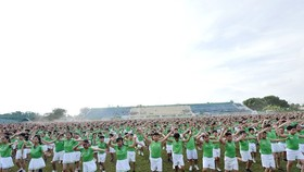 6,000 pupils from 64 primary schools in Vinh Long perform a mass physical exercise (Photo: baochinhphu.vn)