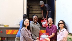 The Vietnamese Embassy, the Vietnam News Agency (VNA)'s bureau and the Vietnamese Women's Association in South Africa on April 30 handed over relief aid to the Zimbabwe Embassy in support of Zimbabwe people who were hit by Cyclone Idai last March. (Photo: