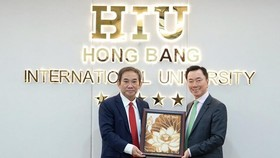 Vietnamese Ambassador to India Pham Sanh Chau (right) and HIU Principal Professor Ho Thanh Phong pose for a photograph