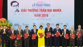 Deputy Prime Minister Vu Duc Dam honored winners of the Tran Dai Nghia Awards 2019