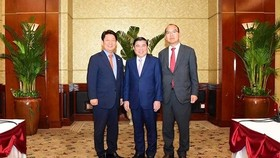 Chairman of Ho Chi Minh City People's Committee Nguyen Thanh Phong receives Mr. Kwon Young Jin (left) and Mr. Yoon Yong Jin (right) on his visit in Ho Chi Minh City on May 20, 2019 (Photo: hcmcpv)