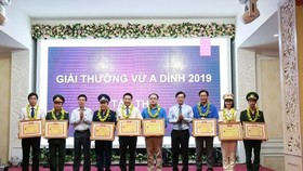 The Vu A Dinh Award 2019 is presented at a ceremony in Hanoi on May 22 (Photo: tienphong.vn)