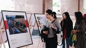 University students look at a photo exhibition on air pollution in Vietnam's big cities (Photo courtesy of CHANGE)