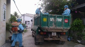 Vets  disinfect trucks by spraying chemicals to prevent ASF spread(Photo: SGGP)