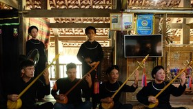 """A """"then"""" singing performance by Tay people at the Vietnam National Village for Ethnic Culture and Tourism (Photo: VNA)"""