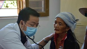 Medical workers provide gratis check-up for poor residents in Quang Ngai