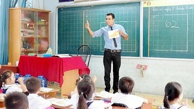 A foregin teacher is teaching In An Hoi Primary School (Photo: SGGP)