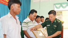 Vietnamese fishermen awarded for saving Philippine sailors