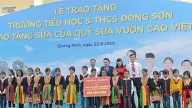 Chairwoman of the National Assembly Nguyen Thi Kim Ngan  and teachers, student of the newly-built school (Photo: SGGP)