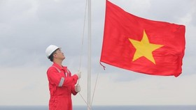 Flag raising ceremony at Hai Thach - Moc Tinh oilfield (Photo: PetroVietnam)