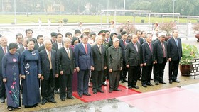 Leaders of Party and State visit Mausoleum of President Ho Chi Minh on his 127th birthday.