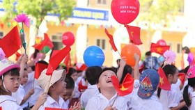 Pupils cheer at the ceremony launching ​the 2017-2018 academic year at ​the Vinh Hung elementary school in Hanoi on September 5 (Photo: VNA)