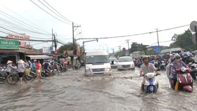 Heavy rain & high flood tide cause flooding and difficult traffic in Ho Chi Minh City