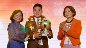 Head of the Department of Propaganda and Training of the Ho Chi Minh City Party Committee Than Thi Thu awards golden ball to Nguyen Quang Hai