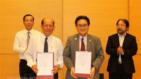 Japanese General Consul in Ho Chi Minh City Mr. Junichi Kawaue and Chairman of the Kien Giang Union of Friendship Organizations co-sign a contract to grant medical equipment for Lai Son commune's General Clinic in Kien Hai District.
