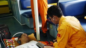 Crewman Michael Samorin is receiving medical treatment (Photo: VNA)