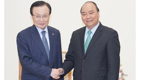 Vietnamese Prime Minister Nguyen Xuan Phuc (R) and Mr. Lee Hae- chan, Chairman of the Democratic Party of Korea. (Photo:VGP)