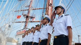 Crew members of the Le Quy Don sailing ship make salute when the ship reaches Changi port. (Photo: qdnd.vn)
