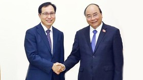 Vietnamese Prime Minister Nguyen Xuan Phuc and Mr. Choi Joo Ho, General director of Samsung Vietnam (Photo:VNA)