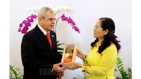 Chairwoman of Ho Chi Minh City People's Council Nguyen Thi Le offer a souvenir to  Secretary of the Council of State of Cuba.  ​