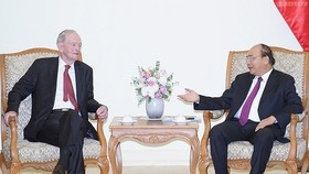 Former Canadian Prime Minister Jean Chretien and Vietnamese Prime Minister Nguyen Xuan Phuc (Photo:VGP)