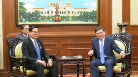 Consul General of the Kingdom of Cambodia in Ho Chi Minh City Im Hen (L) and Chairman of the Ho Chi Minh City People's Committee Nguyen Thanh Phong