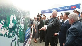 Australian Prime Minister Scott Morrison (third, right) visits the Vietnamese Formula 1 circuit project in Hanoi on August 23 (Photo: VNA)