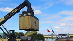 First containers are shipped from France to Vietnam via the new waterway shipping route (Photo: VNA)