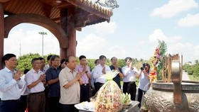 Prime Minister Nguyen Xuan Phuc on September 15 paid tribute to martyrs at the Quang Tri Ancient Citadel on the occasion of their death anniversary (September 16). (Photo: VNA)