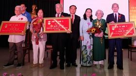 Quận 3 trao tặng Huy hiệu Đảng cho 105 đảng viên và tuyên dương 109 gương điển hình theo gương Bác