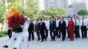 Đoàn đại biểu TPHCM dâng hương, dâng hoa tưởng nhớ Chủ tịch Hồ Chí Minh