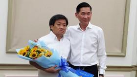 Phó Chủ tịch UBND TPHCM Trần Vĩnh Tuyến trao quyết định nhiệm vụ mới cho ông Đoàn Ngọc Hải vào sáng 4-6-2019