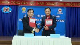 Đại diện Công ty XSKT và Hội CTĐ TPHCM ký kết hỗ trợ nhân đạo xã hội giai đoạn 2019-2020
