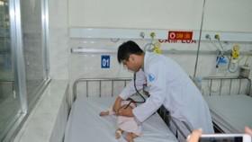 Bác sĩ đang kiểm tra chức năng phổi của bệnh nhi
