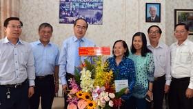 Đồng chí Nguyễn Thiện Nhân thăm gia đình cố Viện sĩ, Tiến sĩ, bác sĩ Dương Quang Trung. ẢNH: VIỆT DŨNG