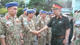 Thượng tướng Nguyễn Chí Vịnh nói chuyện với cán bộ, chiến sĩ Bệnh viện dã chiến cấp 2 số 1