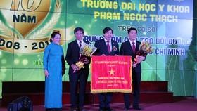 Phó Bí thư Thành ủy TPHCM Võ Thị Dung trao tặng cờ truyền thống cho tập thể nhà trường