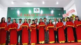 Các đại biểu cắt băng khánh thành Phòng khám đa khoa vệ tinh tại trạm y tế phường Thảo Điền