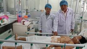 Bác sĩ đang chăm sóc và điều trị cho bệnh nhân Ảnh: BVCC