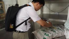 Lực lượng chức năng đang kiểm tra về an toàn thực phẩm tại một cơ sở