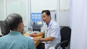 Bác sĩ đang thăm khám cho bệnh nhân
