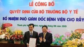 Thứ trưởng Bộ Y tế Nguyễn Viết Tiến trao Quyết định bổ nhiệm Bác sĩ CK2 Nguyễn Tri Thức