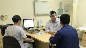 TS.BS Lý Xuân Quang đang khám cho một bệnh nhân