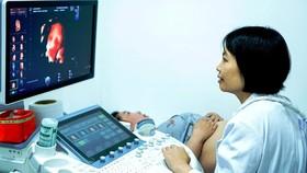 Bác sĩ đang thăm khám cho thai phụ