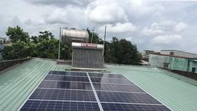 Gia đình ông Lê Ngọc Trí lắp ĐNLMT trên mái nhà vừa tiết kiện điện, còn phát lại trên lưới điện quốc gia